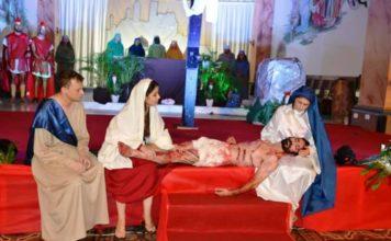 Encenação da Paixão de Cristo acontece nas escadarias da Matriz