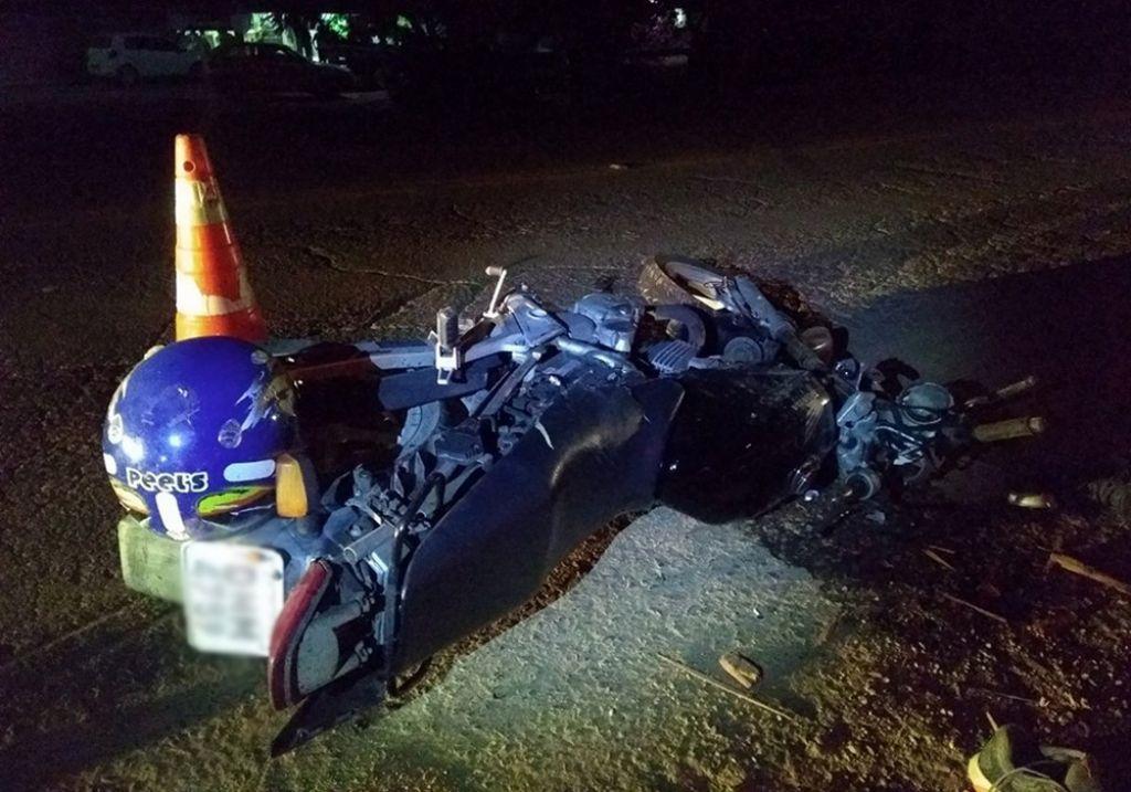 Motociclista de 34 anos morre após bater em caminhão