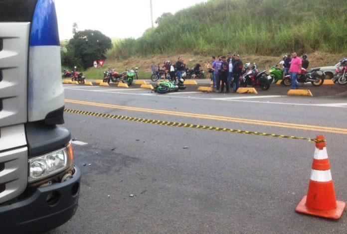 Motociclistas morrem após acidente com caminhão de combustível