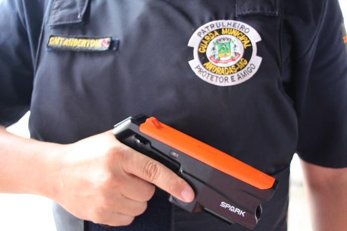 Guarda Municipal recebe dispositivos elétricos incapacitantes para atuar em Andradas